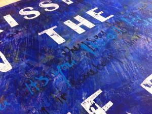 blauw schilderij met witte tekst door Daniel Smulders